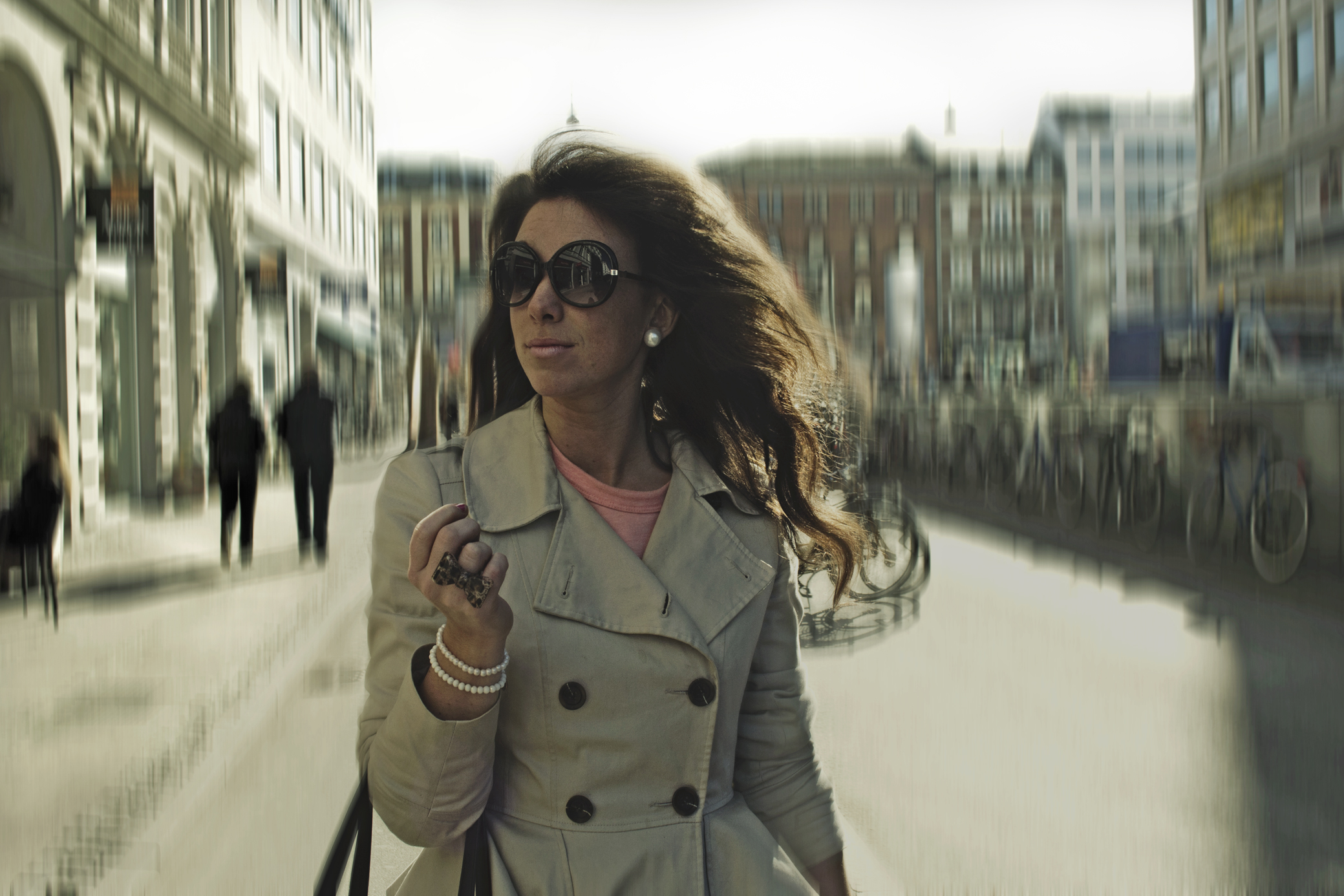街中を歩く女性